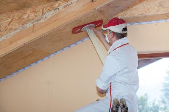 Aislamiento insuflado de celulosa en techo