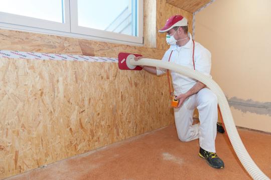 Aislamiento insuflado de celulosa en pared