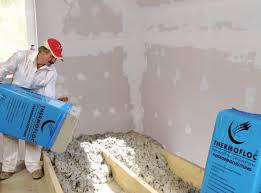 Vertido del aislamiento de suelos de celulosa